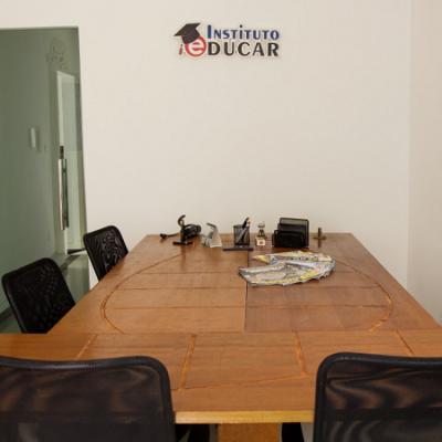 Sala de reunião climatizada para os clientes com capacidade para 8 pessoas.